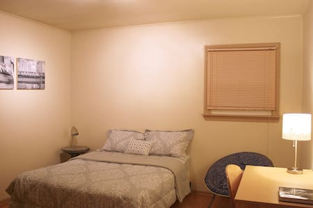 Comfortable Room w/ Private Bath Near O'Hare - Melrose Park - Dům