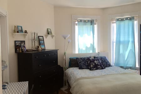 Big sunny bedroom with Queen bed - Cambridge - Apartment