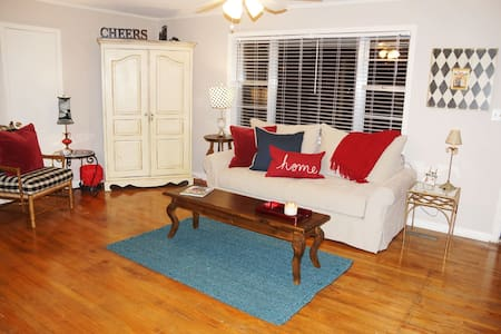 """""""Rebel Bliss at Ole Miss"""" Private Room 2-Twin Bed - House"""