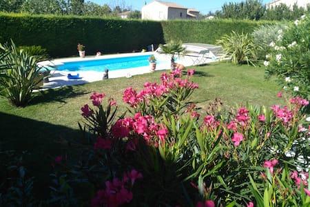 Chambre dans villa avec piscine et jolie jardin - Bed & Breakfast