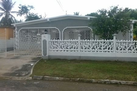 MODERN, GRADE A  A/C ROOMS FOR RENT IN JAMAICA - Casa