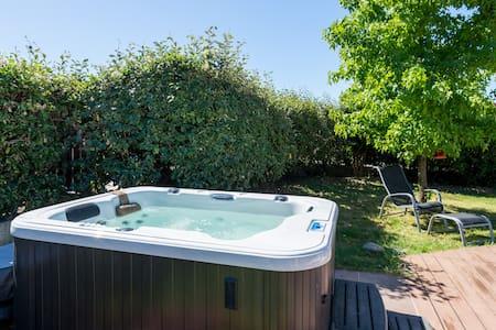 Maison Jacuzzi et piscine chauffée - Dom