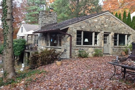Stone House Surrounded by Woods in Haverford - Haverford - Hus