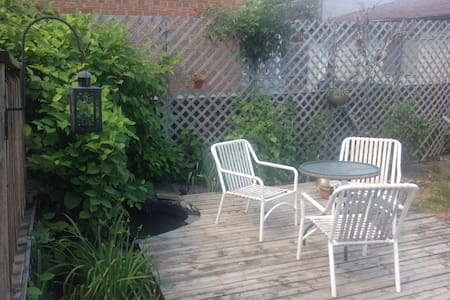 Charming 2BD + tranquil backyard - Toronto - House