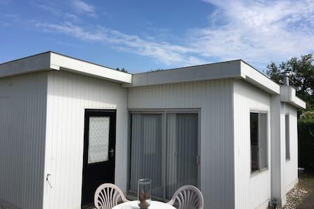 Ouddorp, vrijstaand zomerhuisje aan zee - Ouddorp - Kabin