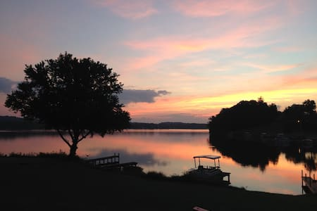 Lake Front Rental with pontoon Boat - House