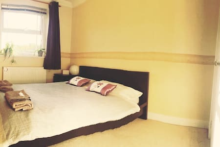 Town centre double room with ensuite bathroom - Townhouse