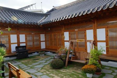 [예쁨.더] 한옥마을 경기전 바로 옆 한옥숙박 더 머뭄입니다❤️ - Wansan-gu, Jeonju - Bed & Breakfast