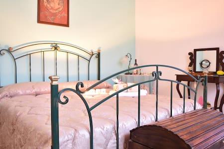 Lemon double room in VILLA +private bathroom - Inap sarapan