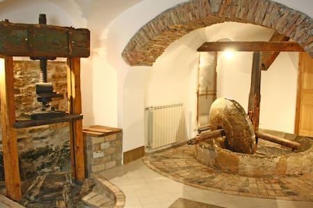 Caratteristica casa in borgo - House
