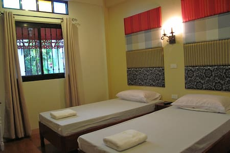 Charming old-Filipino style home - Legazpi City - Bed & Breakfast