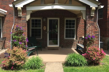 Private Bdrm & Bath in Sq. Hill - Pittsburgh - House
