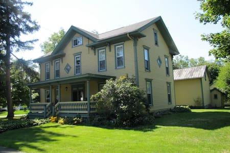 Grand Colonial near Watkins Glen - Ház