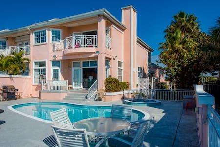 Luxury Beachfront Oasis - Ház