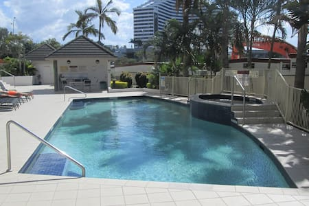 Central Broadbeach Luxury Apartment with pool - Apartment