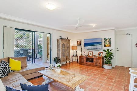 Location! Location! Location! 5 minutes to beach. - Burleigh Heads - Appartement