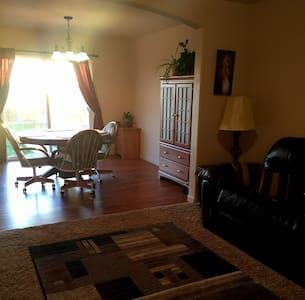 Comfortable & Affordable private room near DIA - Casa