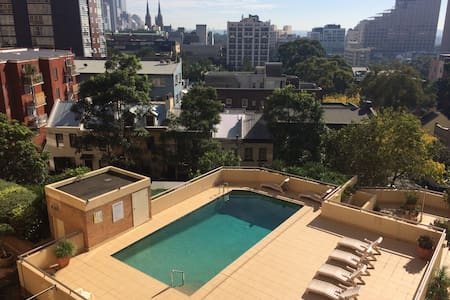 Cosy bedroom balcony views and pool - Darlinghurst - Apartment