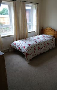 Bedroom 1:  single room in Aylesbury. - Rumah