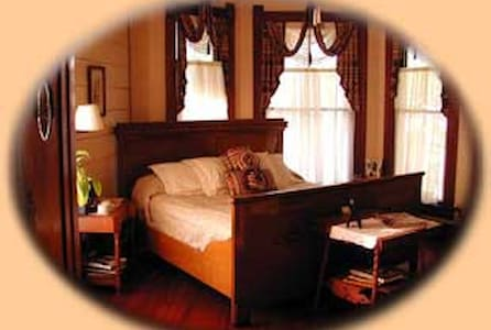 The Master Suite at the Pecan Street Inn - Bastrop - Ev
