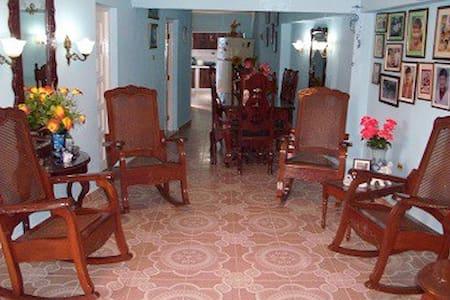 Hostal La Casa Azul, Sra. Omaida, Sancti Spíritus. - Ház