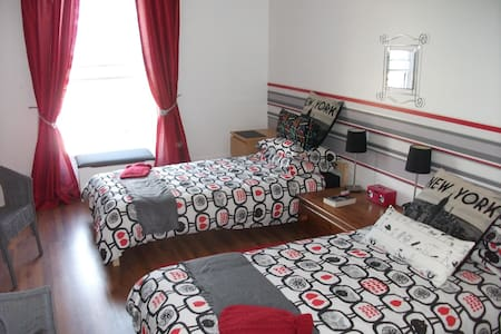 Vals home a sunny bright twin room - Leilighet