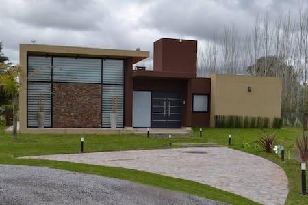 Casa En Country Bº Cerrado La Plata - Rumah