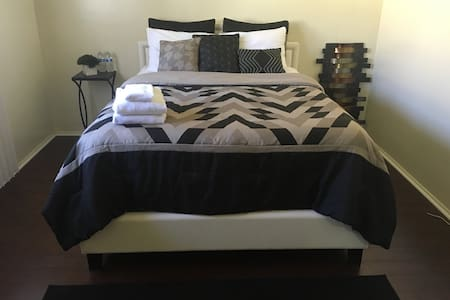 Cozy Queen Bedroom!!! - Inglewood