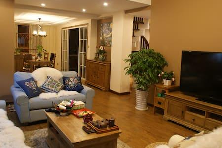 一套拥有4个房间的复式房,有花草盛开的小院子,乡村复古风的装修风格 - Condominium
