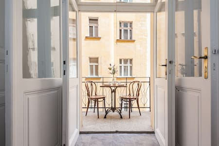 Cozy studio with sunny balcony right in the centre - Prague