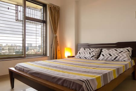 Spacious private room in Malad West ! - Apartment