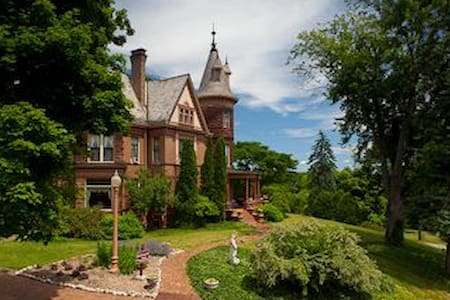 Historic Henderson Castle Inn. - Kalamazoo - Castell