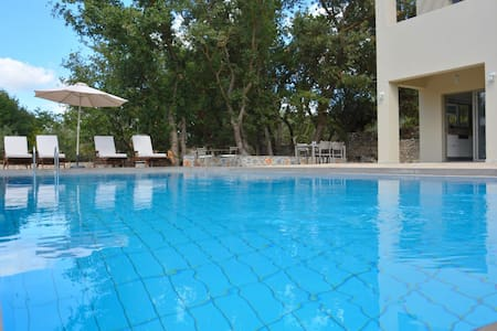 Villa with pool & gardens perfect for families! - Villa