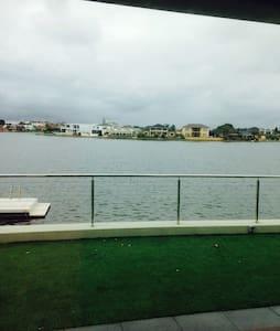 Lakeview location, Pri bath/lounge - Ev