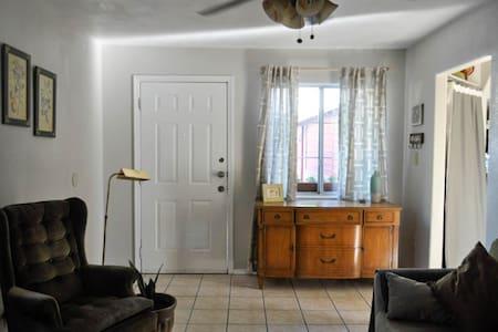 Cozy casita/guest house in quiet neighborhood - Guesthouse