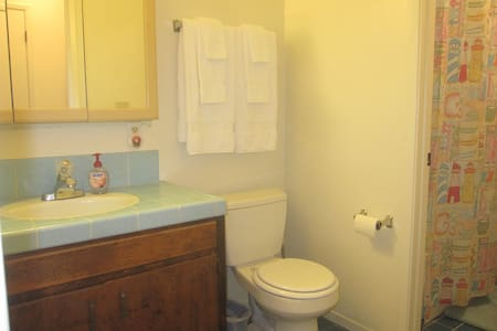 Private room and half bath in lovely Los Osos - Baywood-Los Osos - House