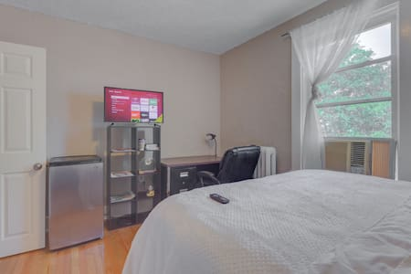 Exquisite Private Bedroom in Downtown Milford - House