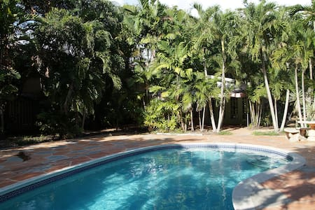 Secluded cottage, pool, big yard, near LasOlas - Fort Lauderdale - House