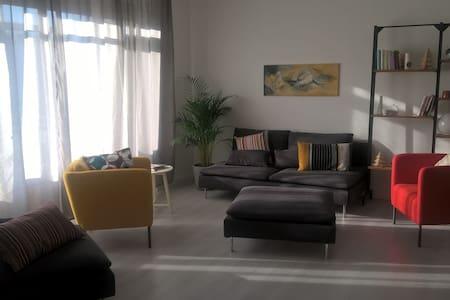 Luminous apartment, near M3, one car free parking. - Leilighet