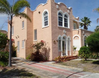 Chic Pool Estate with Bungalows - Lake Worth