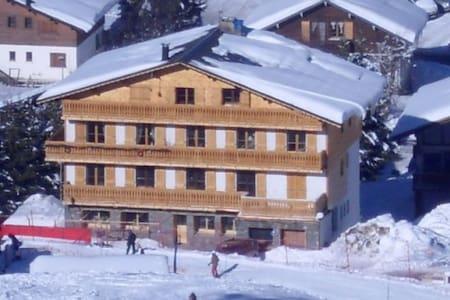 Chalet au pied des pistes, centre village - Leilighet