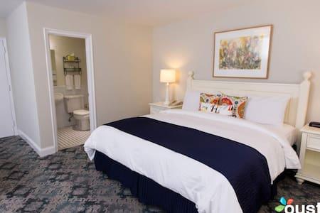 King Hotel Room at Southampton Inn! - Southampton - Apartment