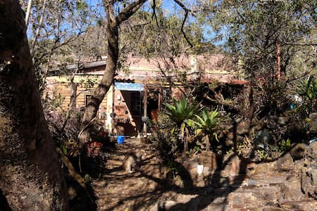 Sleep in a beautiful house surrounded by the vulcanic rocks of tepoztlán. Santo Domingo Ocotitlán is a quiet town 6km away from Tepoztlán surrounded by beautiful nature (you can't miss visiting the sports field of Ocoti!) We can host up to 3 people.