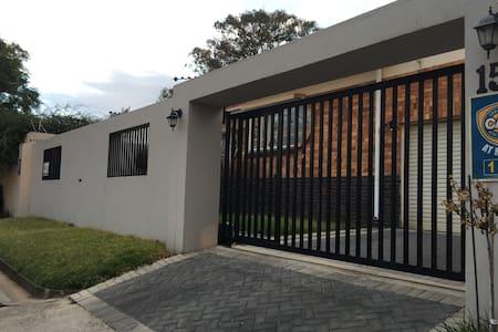 The Wolery - peaceful double room - Johannesburg - House