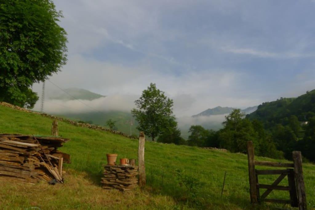 Castro Valnera 1720 m. entre nubes. Vista desde la cabaña.
