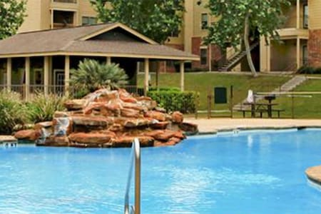 Spacious 1 bdr apt with pool view - San Antonio - Lejlighed