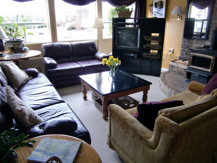 Private guest lounge with many amenities