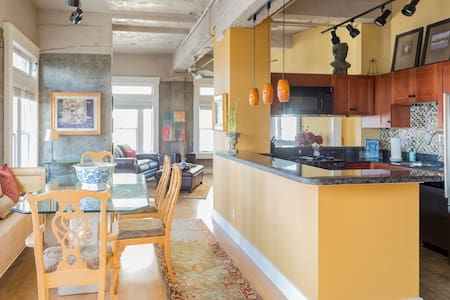 Beautiful historical landmark loft downtown close to 5 museums and restaurants, The University of Washington, Tacoma and the Tacoma Dome.  Has a rooftop patio for dining and barbecuing with an amazing view of Mt Rainer.