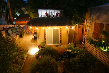 The Clay Hut - Private bed/bath in backyard garden - Portland - Hutte