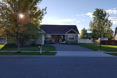 Clean modern home-half acre-quiet neighborhood (1) - Haus